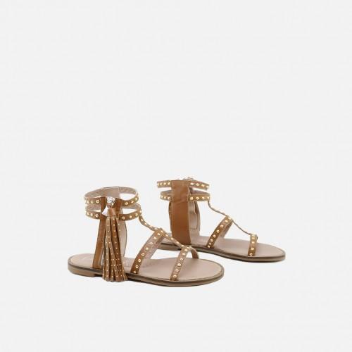 Sandalias con tachas y borlas en color marrón