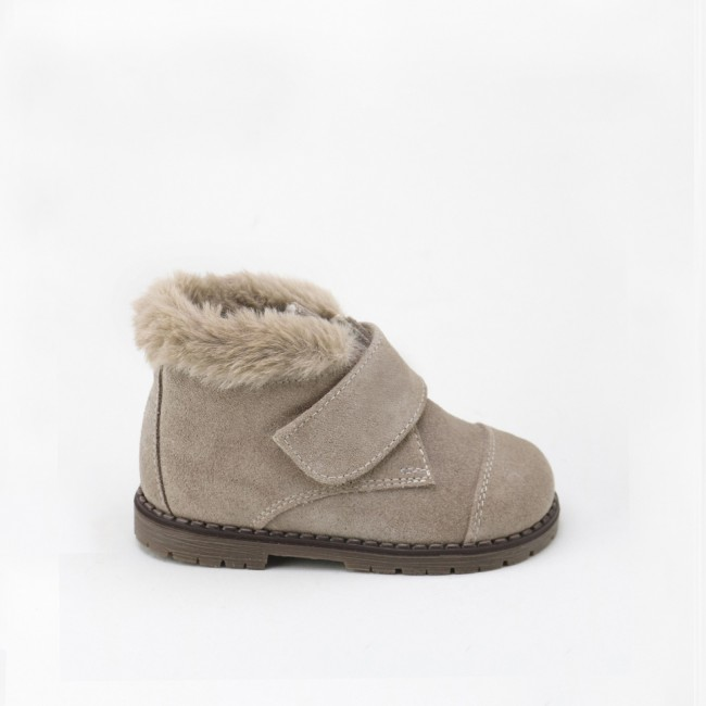 Velcro boot with reversed fur