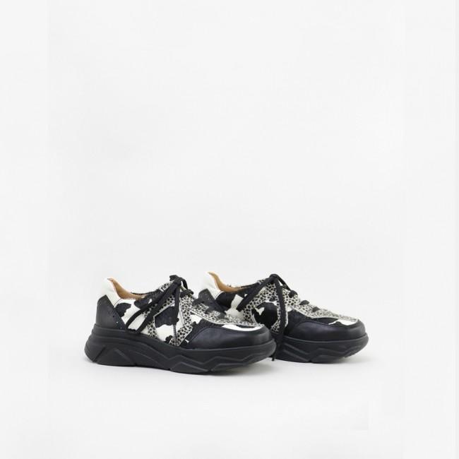 Black & white sport shoe