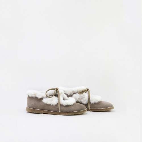 Two eye-let shoe with a fur...