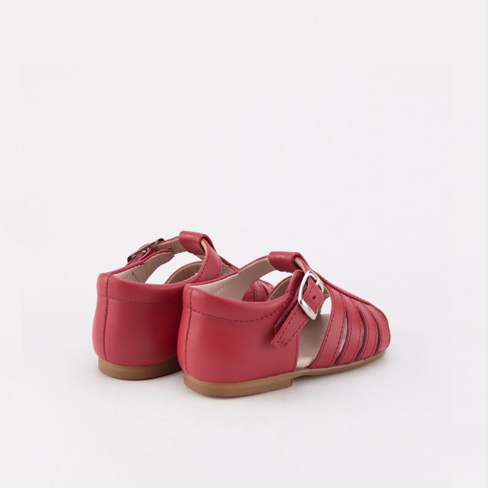 Sandalias cangrejeras en rojo para bebés que van a dar los primeros pasos