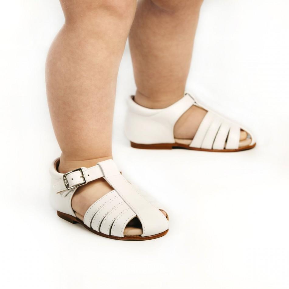 Sandalias cangrejeras en blanco para bebés que van a dar los primeros pasos