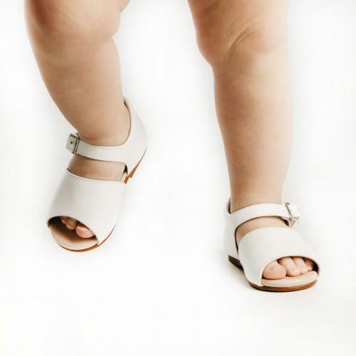 Sandalias clásicas blancas para primeros pasos