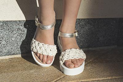 Cómo combinar estilos de vestir con zapatos de color blanco