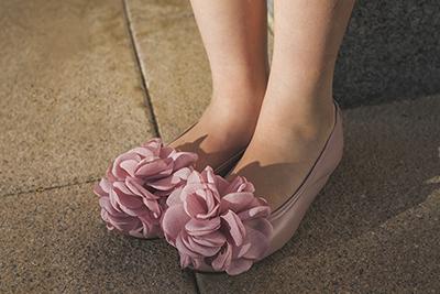 Cómo combinar estilos de vestir con zapatos de color rosa
