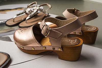Cómo combinar estilos de vestir con zapatos de color metalizado