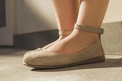 Cómo combinar estilos de vestir con zapatos de color crudo