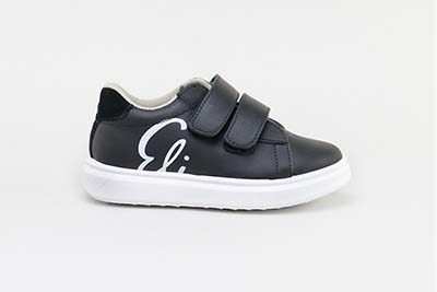 Sportyand resistantshoeswith Velcro for going back to school